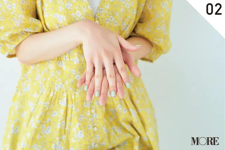 前髪スタイリング2.指の間にもヘアオイルを馴染ませる