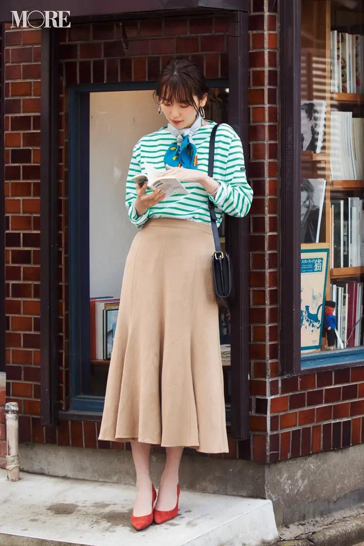 【春のボーダーコーデ】グリーンのボーダー×ベージュのフレアスカート