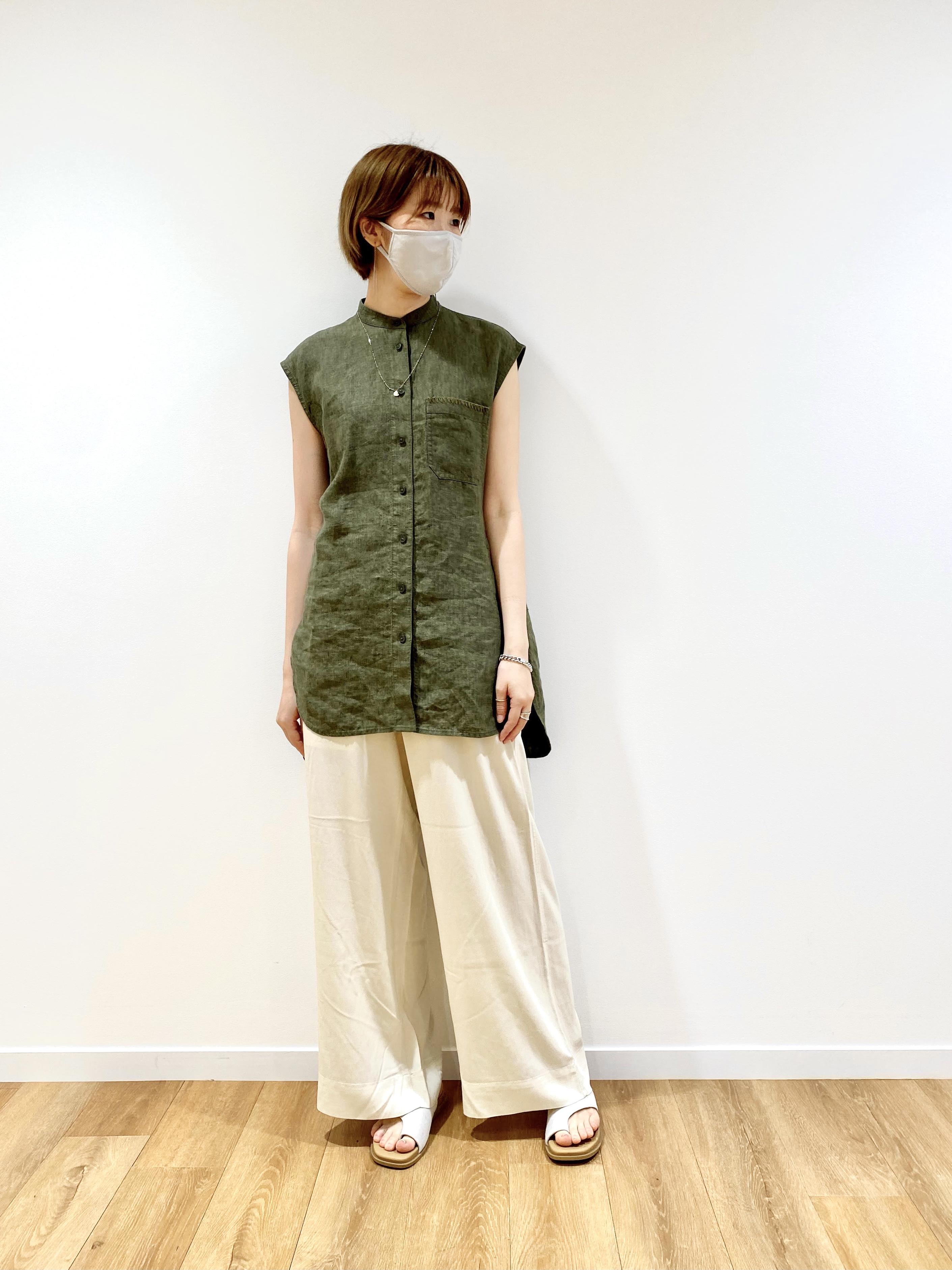 ユニクロ&JWアンダーソンのリネンスタンドカラーシャツとイージーワイドパンツのコーデ着用写真