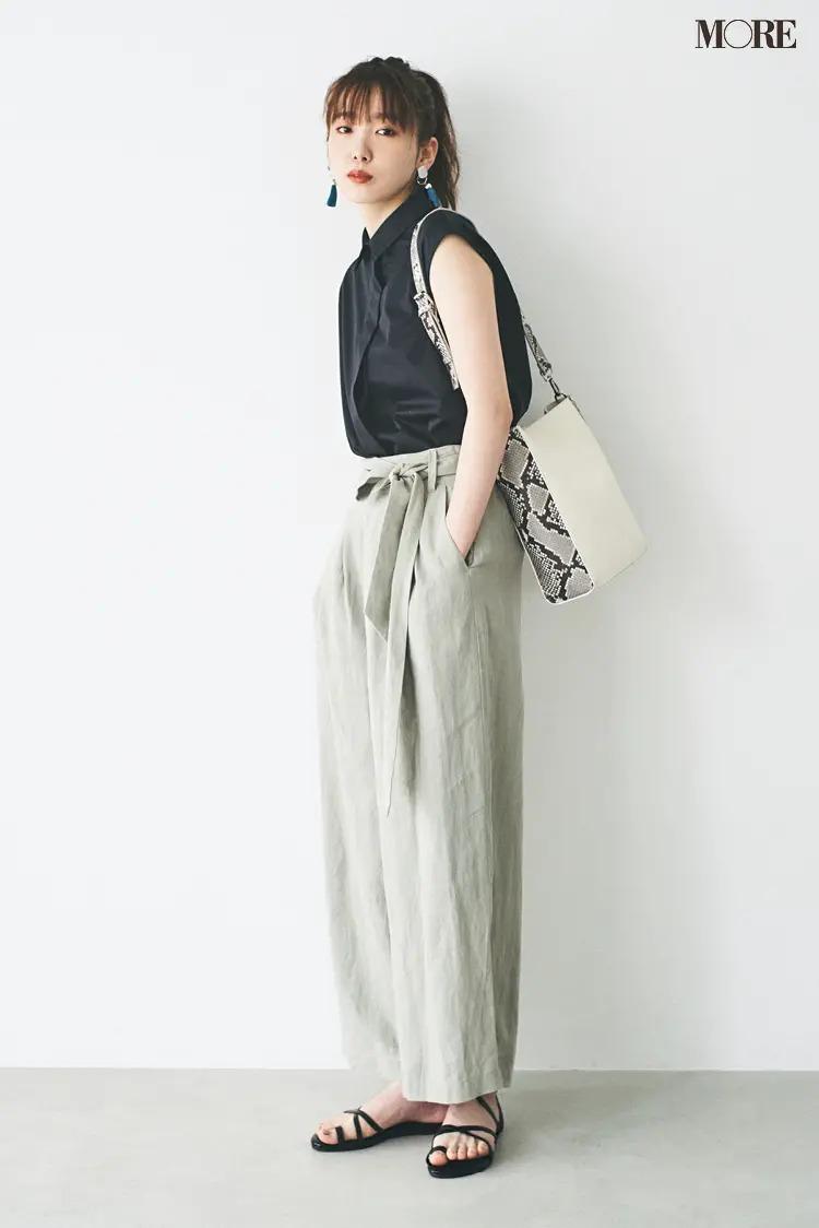 【夏のぺたんこ靴コーデ】1. グレイッシュな若草色パンツ&パイソン柄バッグで感度高めに!