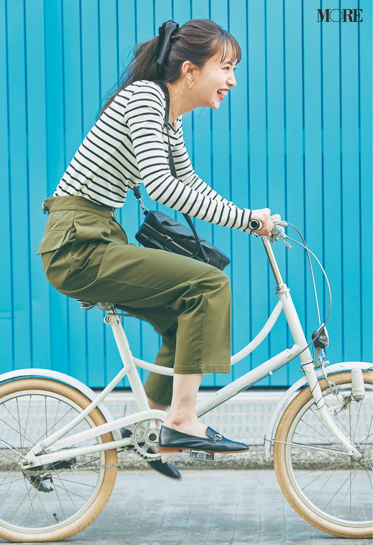 ボーダートップス×ミリタリー風パンツで自転車をこぐ井桁弘恵