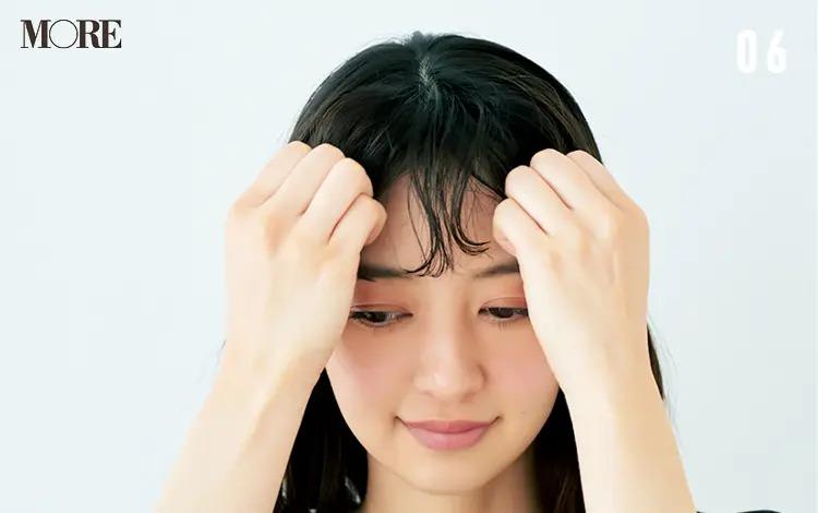うねりを生かす前髪アレンジ「ゆるカールバング」【6】ワックスを前髪になじませる