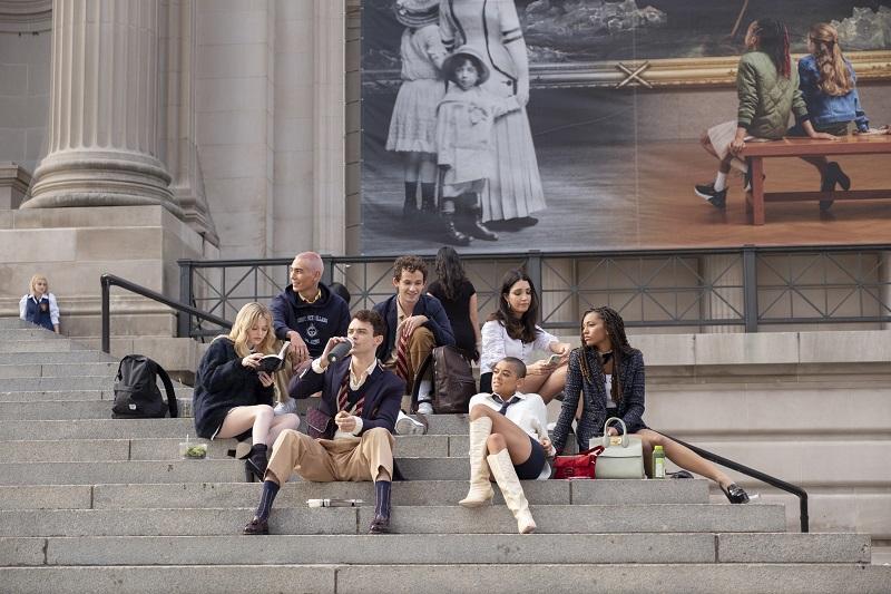 新ゴシップガール(リブード版)の主要登場人物たちがメトロポリタン美術館の階段に座っている様子