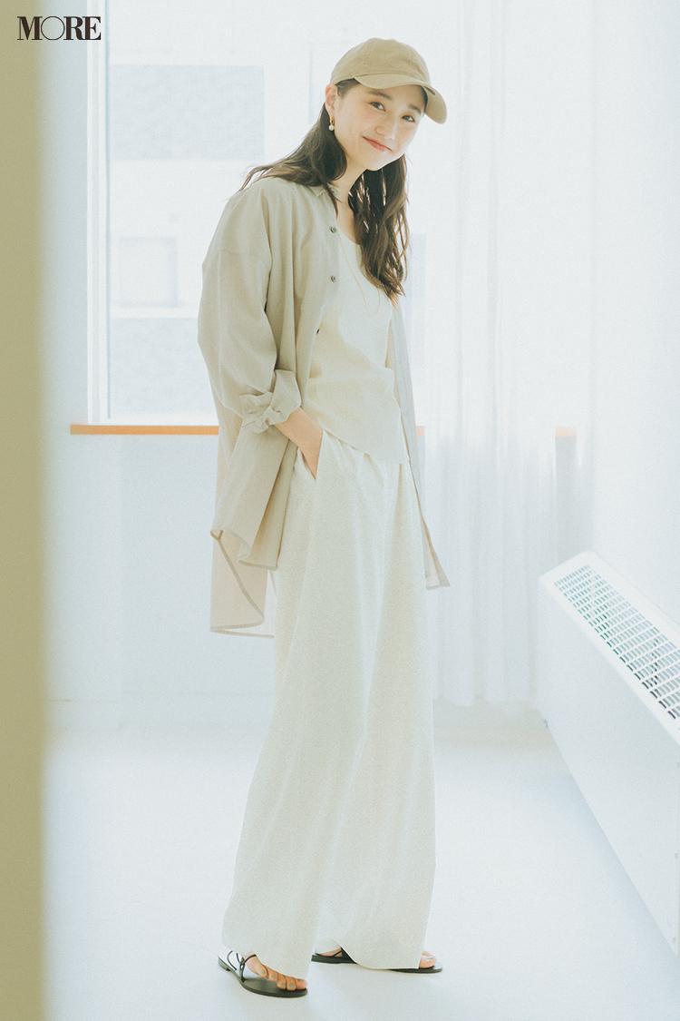 【今日のコーデ】白パンツにベージュのシアーシャツを合わせた鈴木友菜