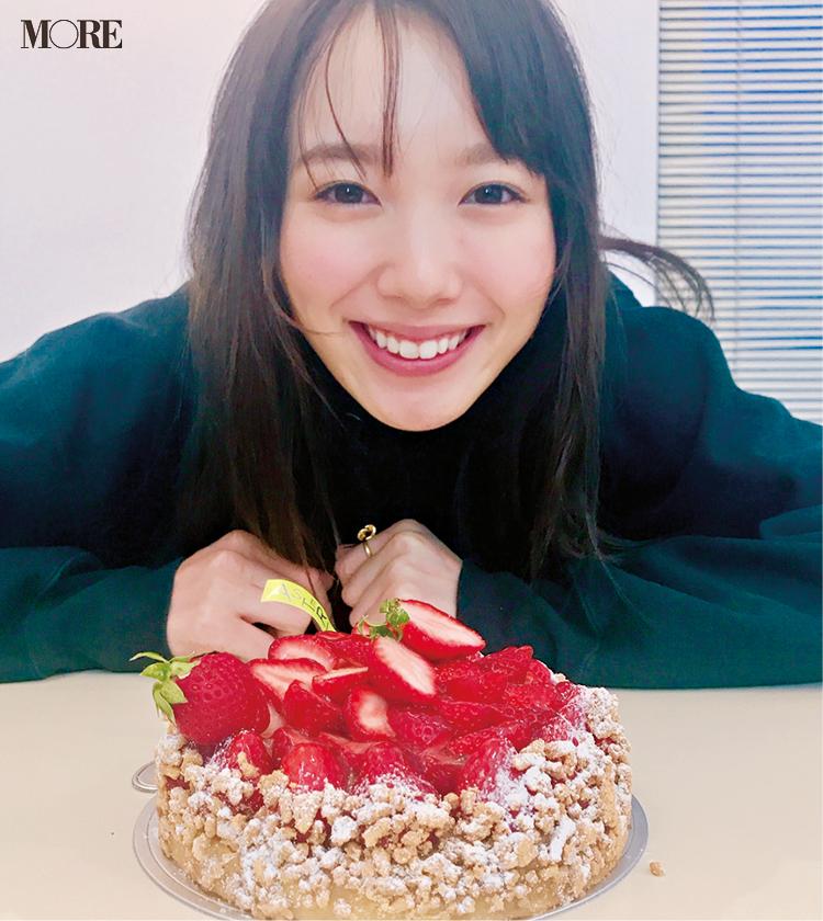飯豊まりえがケーキでHAPPYに♡ AbemaTVのドラマ『僕だけが17歳の世界で』も本日スタート!【モデルのオフショット】_1
