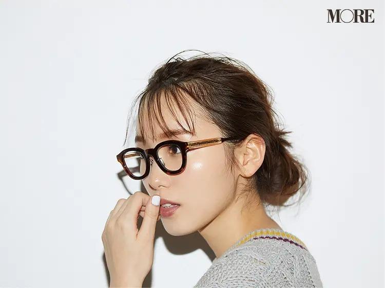 【秋冬おしゃれなメガネコーデ】1. べっ甲メガネは、ゆるっと透け感のある髪型が◎