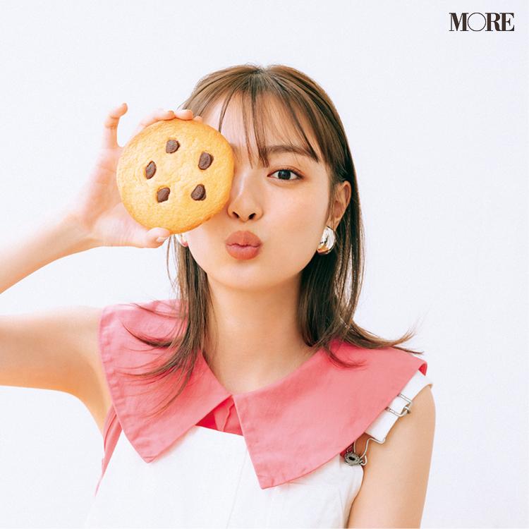 クッキーを顔の前で持つ内田理央