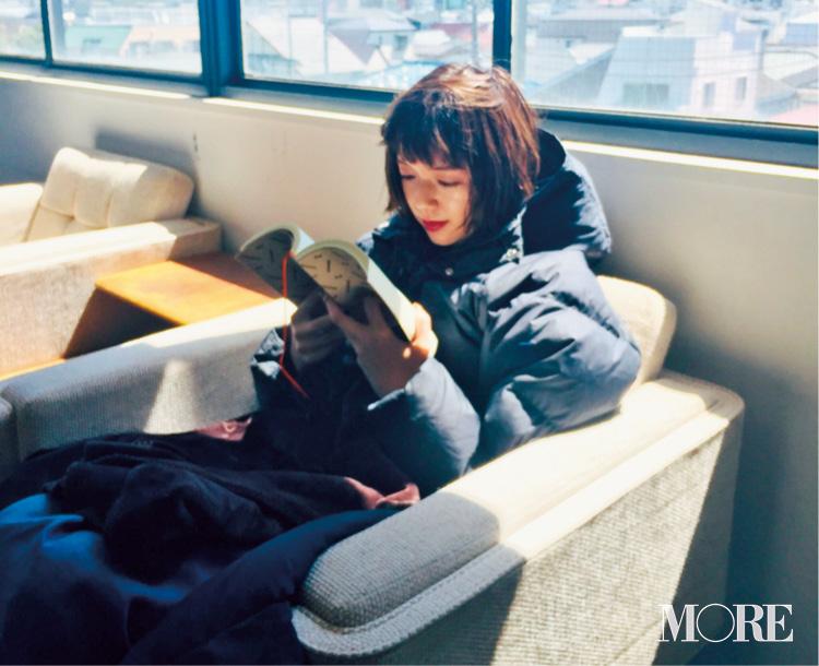撮影の合間に読書を楽しむ佐藤栞里。ねえ、なに読んでるの?【モデルのオフショット】_1