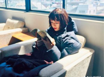 撮影の合間に読書を楽しむ佐藤栞里。ねえ、なに読んでるの?【モデルのオフショット】