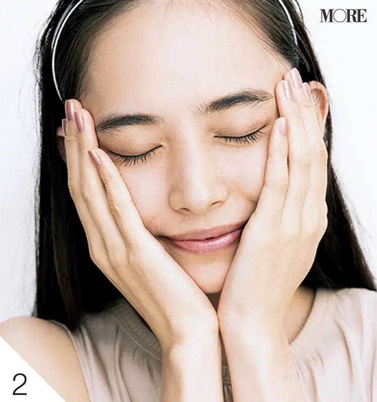 手で顔全体をプレスして肌に密着させる