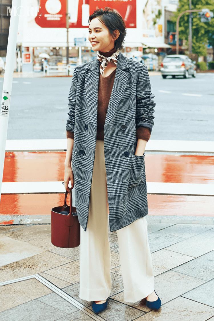 チェスターコートの首もとにはトレンドのスカーフを巻いて秋スタイルを女らしく