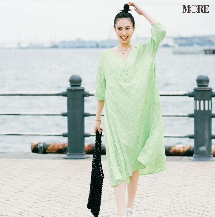 『メイソングレイ』の洗えるワンピースを着た女性