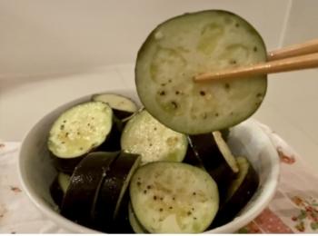 【簡単レシピ】ナスを生で!?常識が覆る「イタリアンお漬物」と「ふ〜塩」とは?【5分で完成】