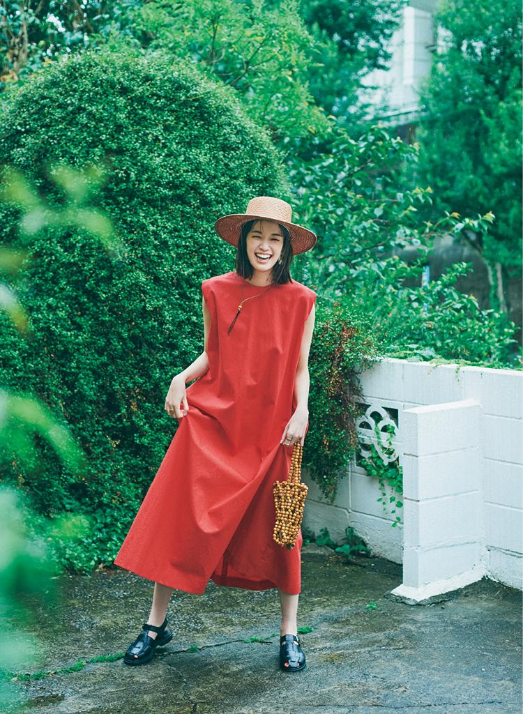 グルカサンダルをフレンチシックな赤いワンピースと合わせた佐藤栞里