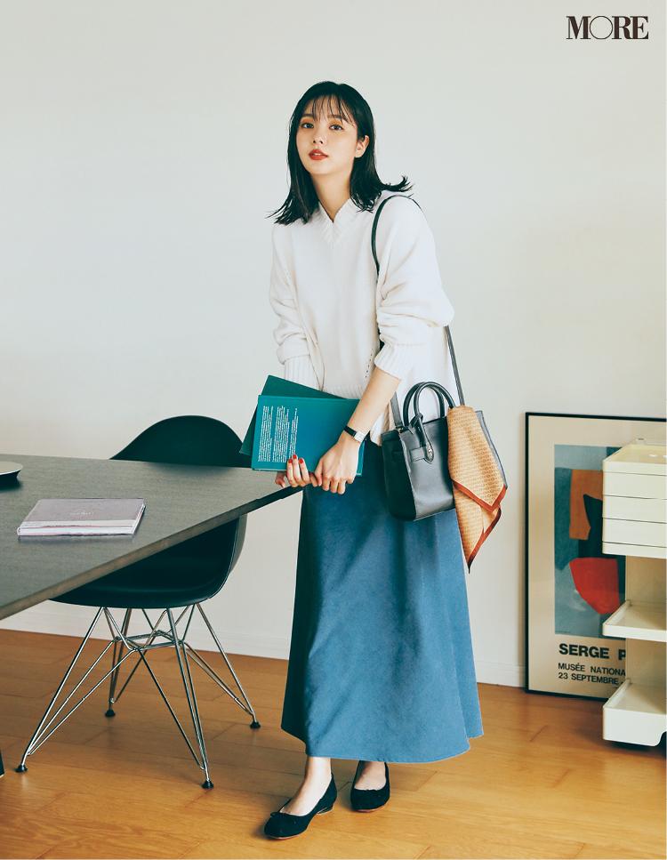 くすみブルーのスカートをはいた新川優愛