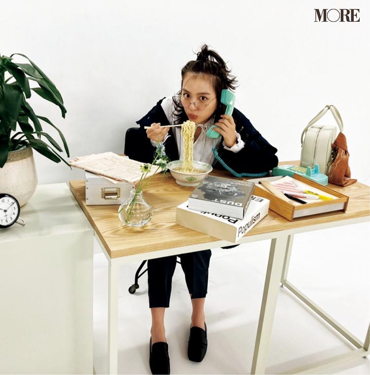 内田理央が、ラーメン食べつつ電話する無我夢中に働く女子を再現