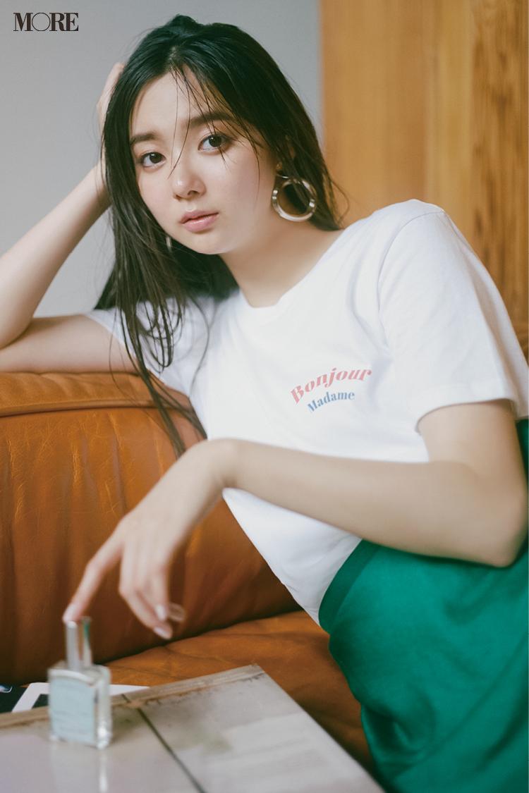 小さいロゴ入りのTシャツ×サテンのグリーンのスカートコーデの新川優愛