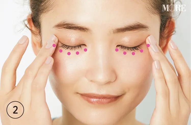 アイクリームを目の下を押すように塗っている女性