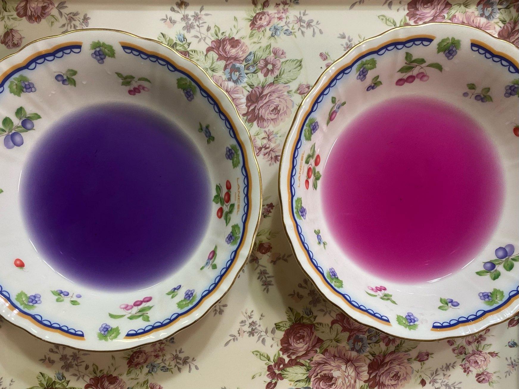 紫の液体が乗ってる皿とピンクの液体が乗っている皿