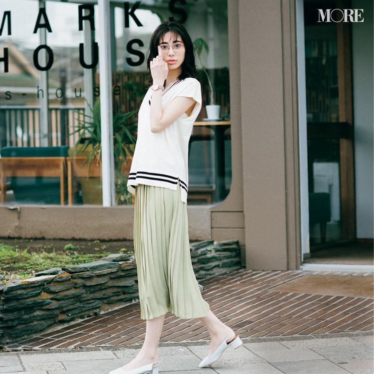 『ユニクロ』の洗えるプリーツスカートを着た女性