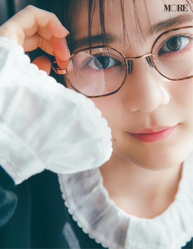 六角形フレームのメガネをかけた生田絵梨花