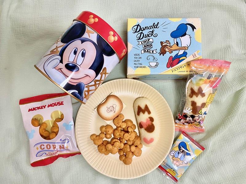 「Disney SWEETS COLLECTION by 東京ばな奈」のお菓子3種類(「ミッキーマウス/コーン キャラメル味」、「ミッキー&フレンズ/東京ばな奈『⾒ぃつけたっ』」、「ドナルドダック、チップ&デール/ショコラサンド『⾒ぃつけたっ』」)が並んだ様子