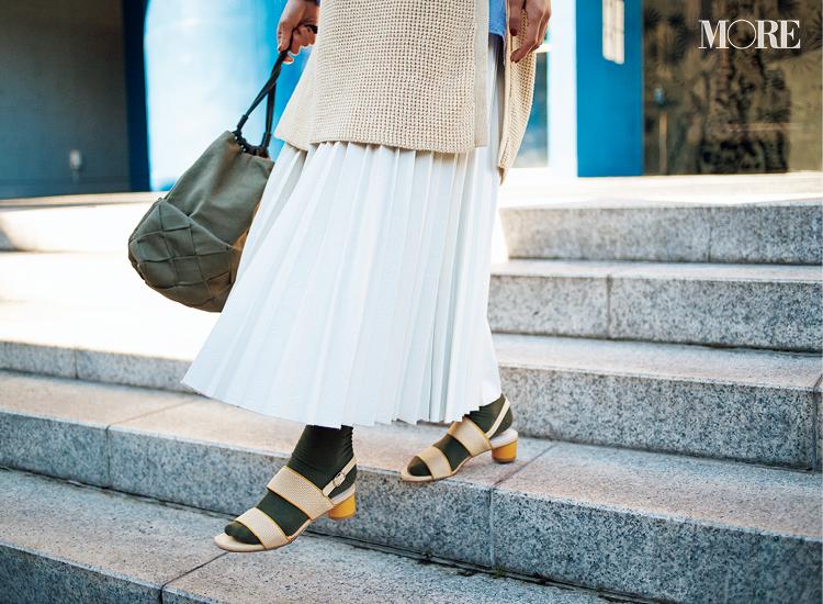 トレンドのイエローのサンダルにはカーキ色の靴下が合う