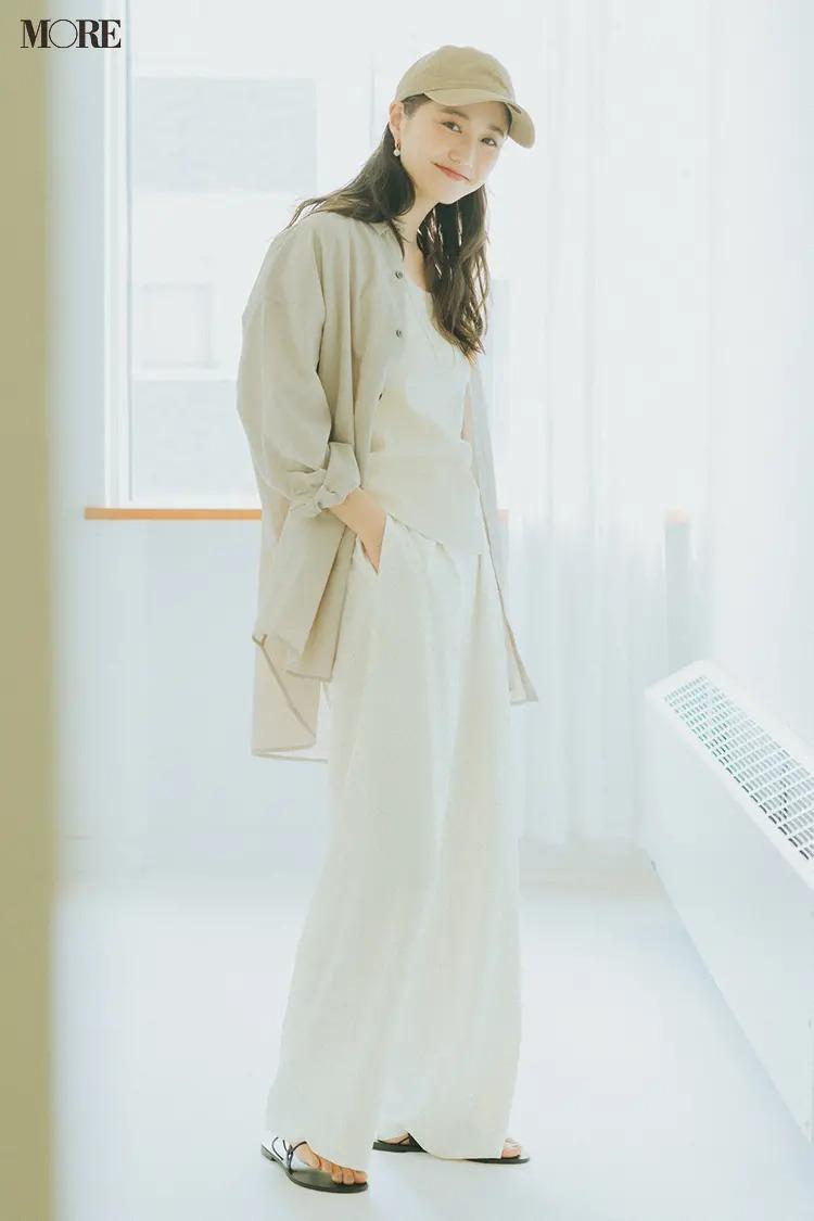 【2021秋コーデ】ベージュのシアーシャツ×タンクトップ×白パンツ×キャップのコーデ