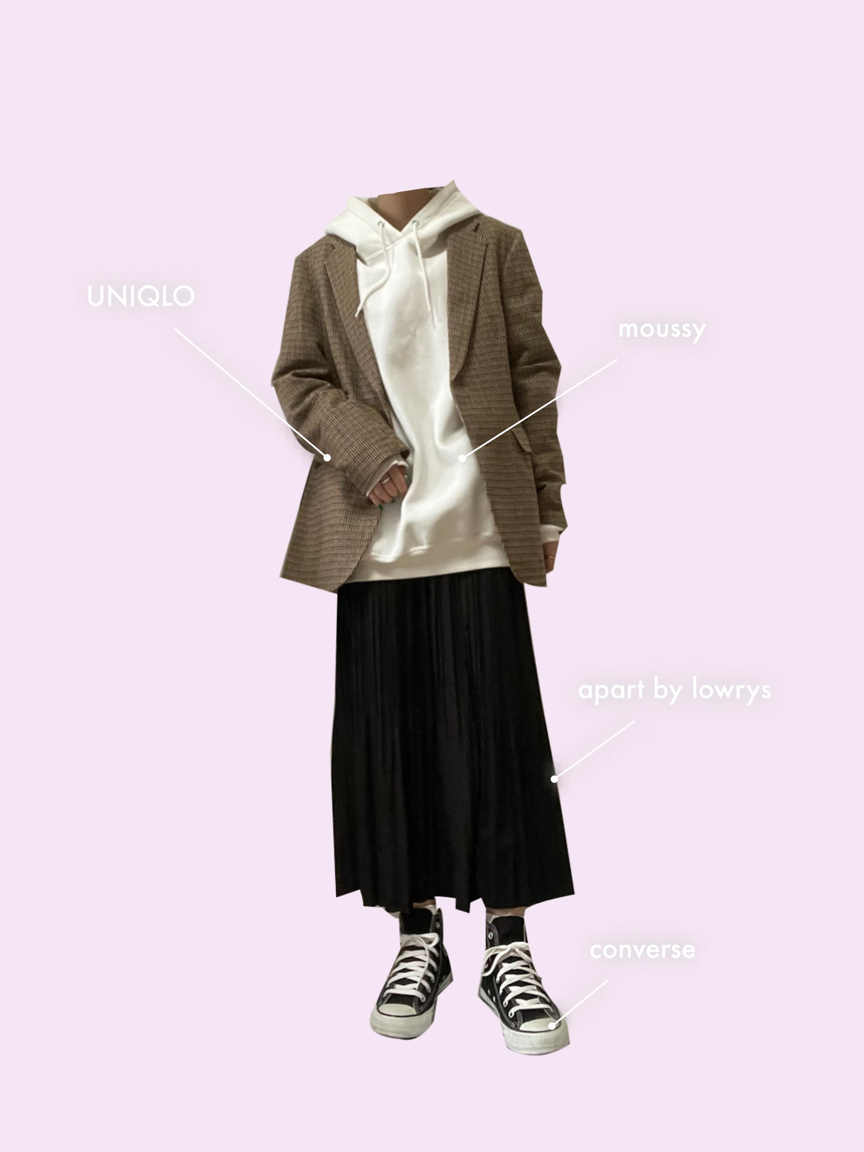 ユニクロのメンズジャケットをフード付きスウェットと合わせたコーディネートで足もとはコンバースのスニーカー