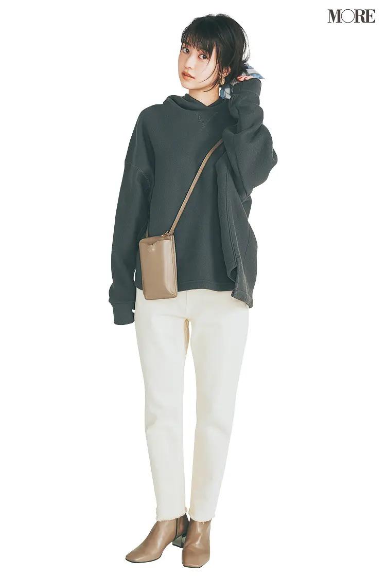 【ショートブーツコーデ】パーカ×白パンツに茶系ブーツ