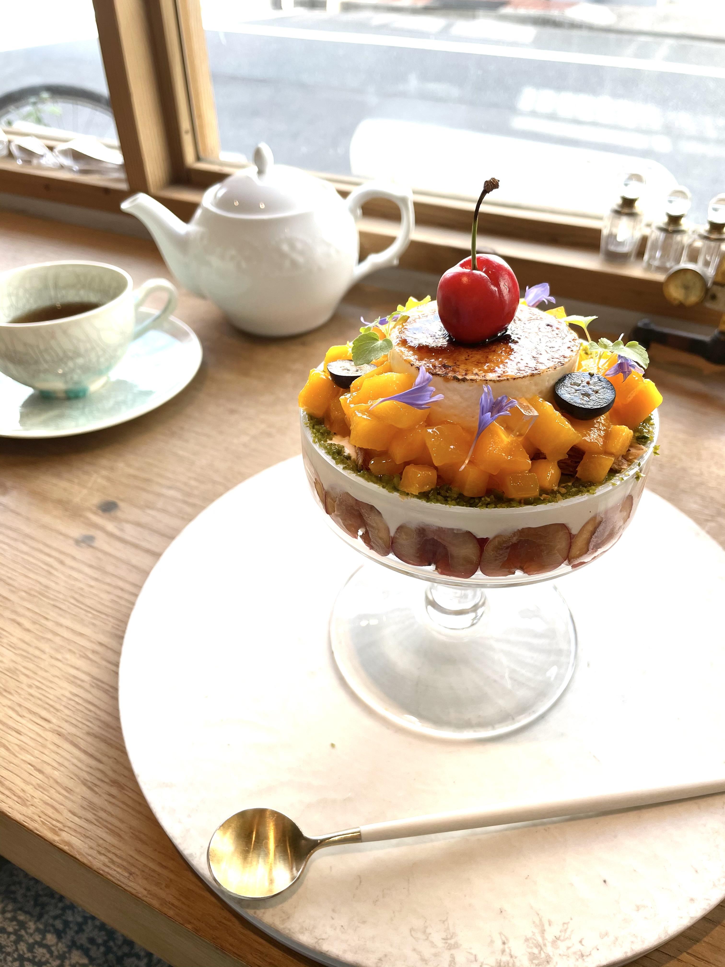 ジャスミン香る宮崎マンゴーと青森さくらんぼの ピュイダムール仕立て 杏仁とフランボワーズ風味/パフェ