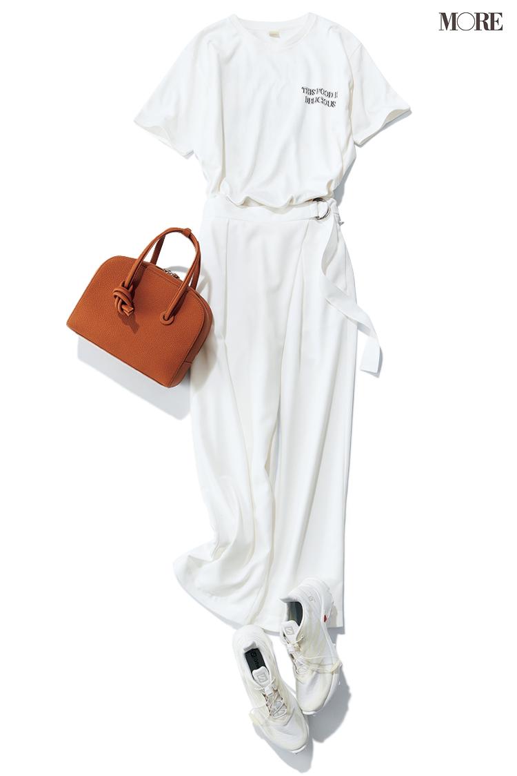 白ロゴTシャツ×白パンツ×白スニーカーのコーデ