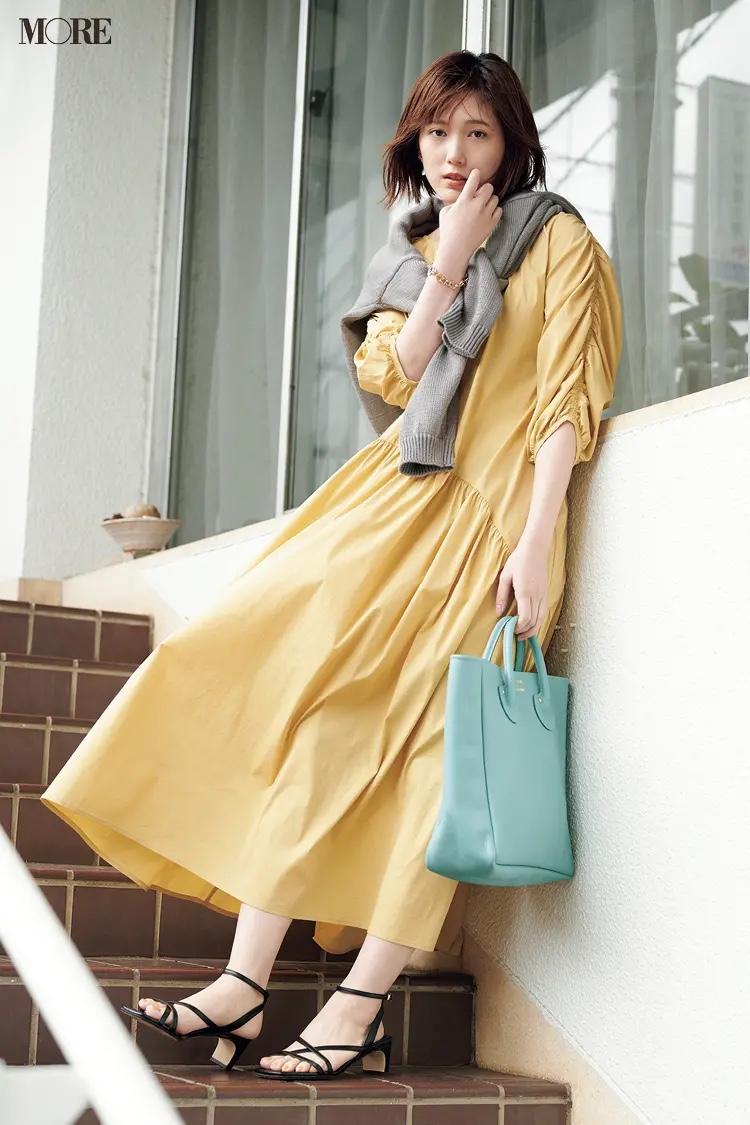 黄色のティアードワンピースを着た本田翼