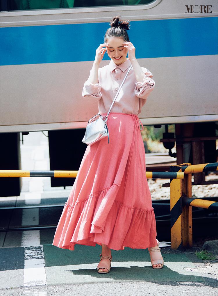 ピンクのティアードスカートをワントーンで楽しむ