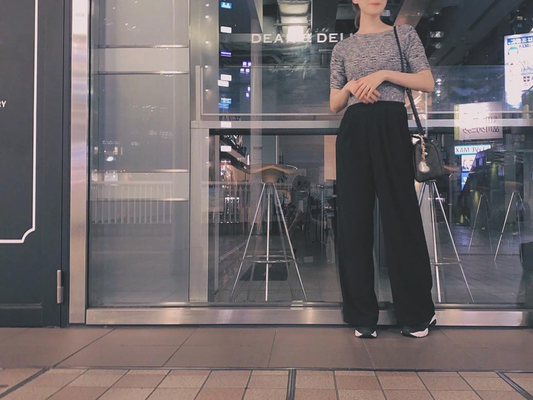 黒いズボンを履いた女の人の全身スタイル