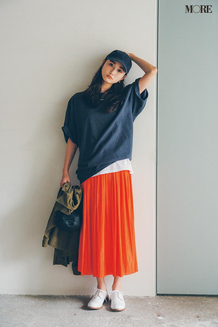 オレンジのギャザースカートをはいた鈴木友菜