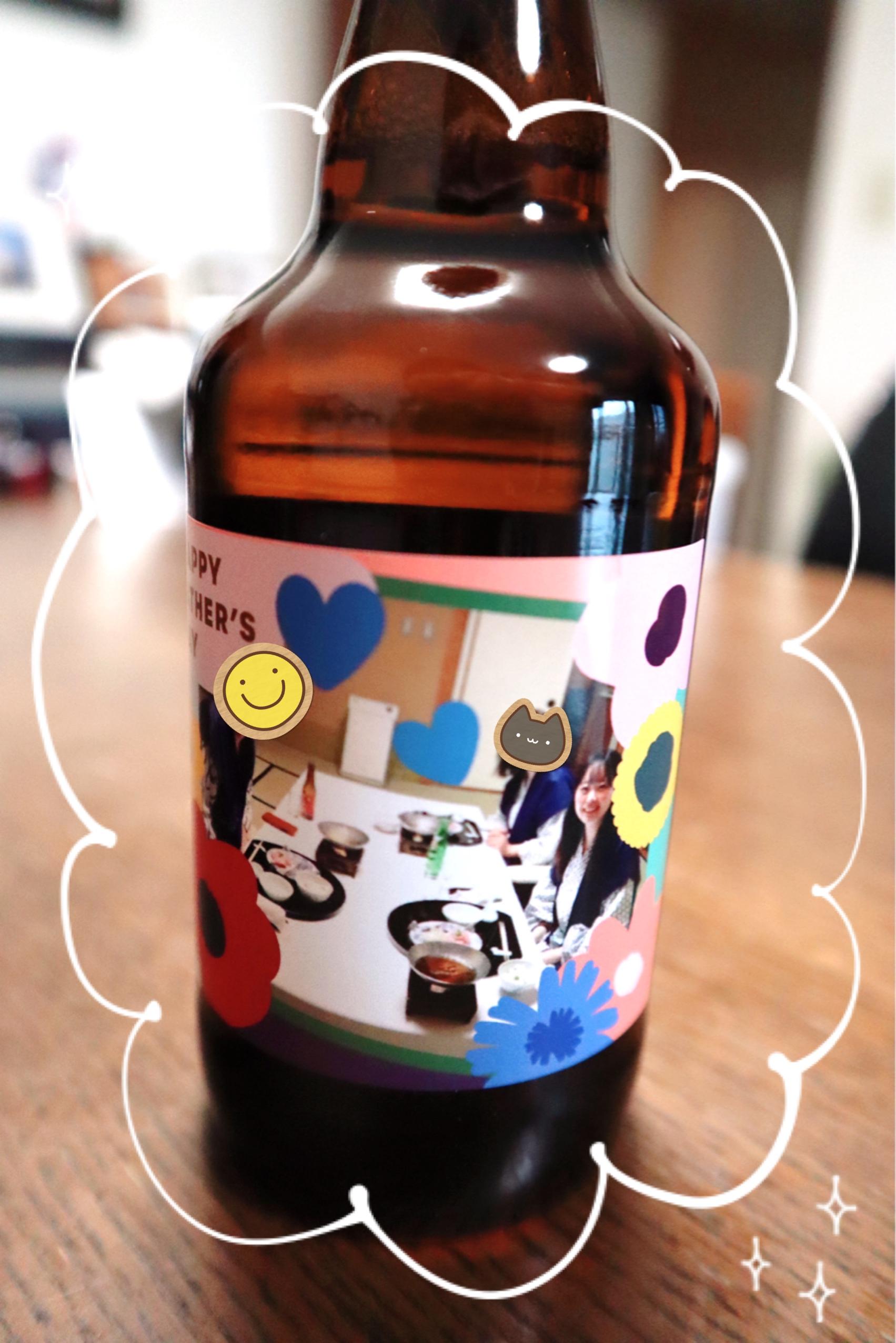 家族写真がプリントされた、オリジナルラベルの瓶ビール。先程の写真のアップ