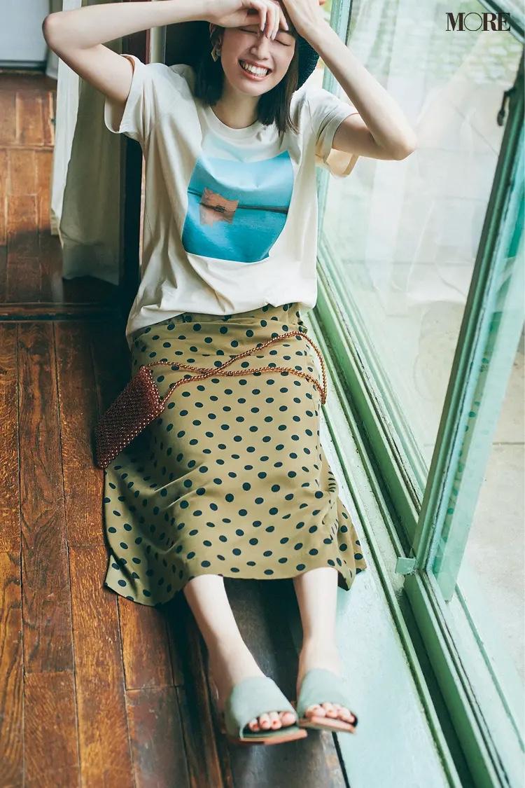 プリントTシャツ×ドット柄スカートコーデの佐藤栞里