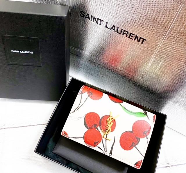 『サンローラン』のチェリー柄の三つ折り財布