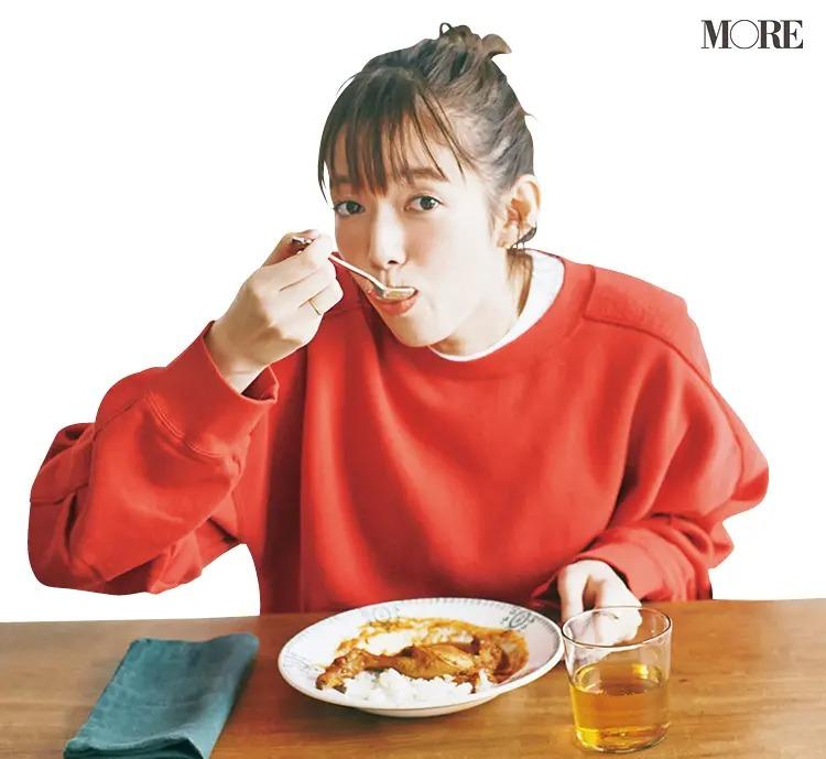 岩手県からお取り寄せしたチキンカリーを食べる佐藤栞里
