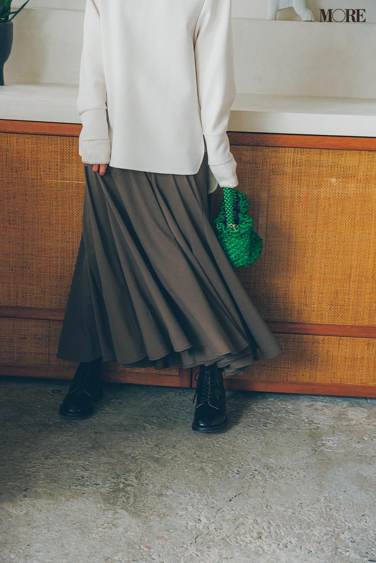 白パーカー×とろみ素材のスカートコーデの足もと
