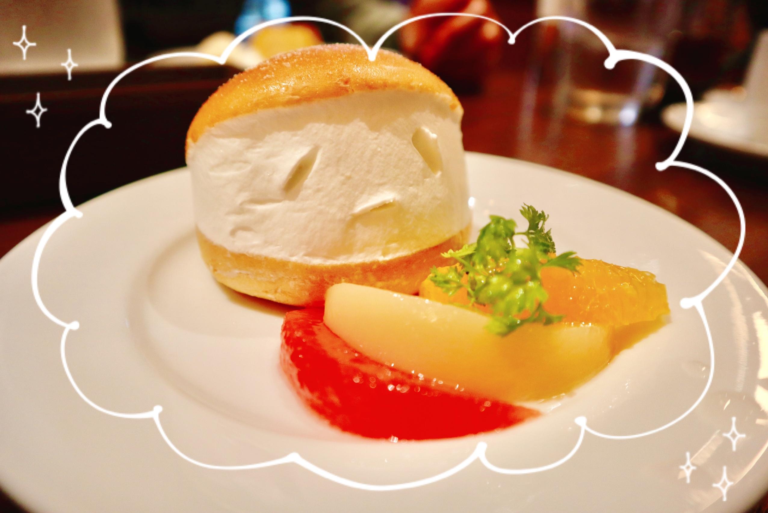 マリトッツォと、付け合わせのフルーツ。グレープフルーツや桃