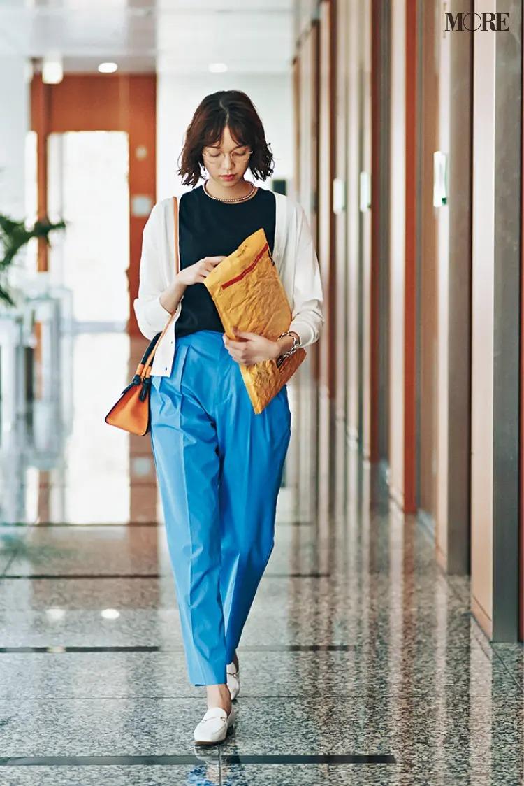 【春夏カーディガンコーデ】白カーディガン+ブルーのパンツで通勤コーデ