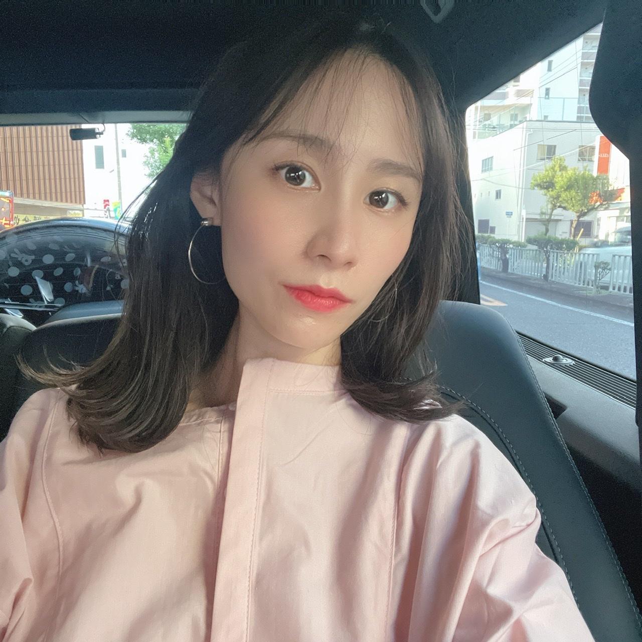 ドライブやデートにおすすめなピンクのシャツ