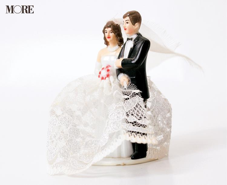 ウエディングドレスをきた女性とタキシード姿の男性のフィギア