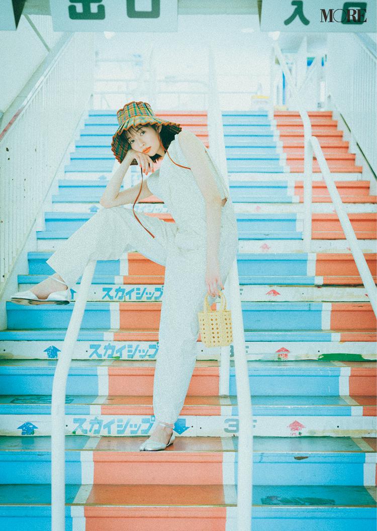 白のオールインワンを着て帽子を被った佐藤栞里
