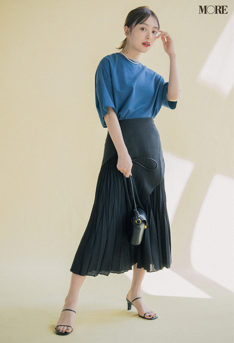 黒いスカートには濃いブルーのTシャツを合わせて知的に