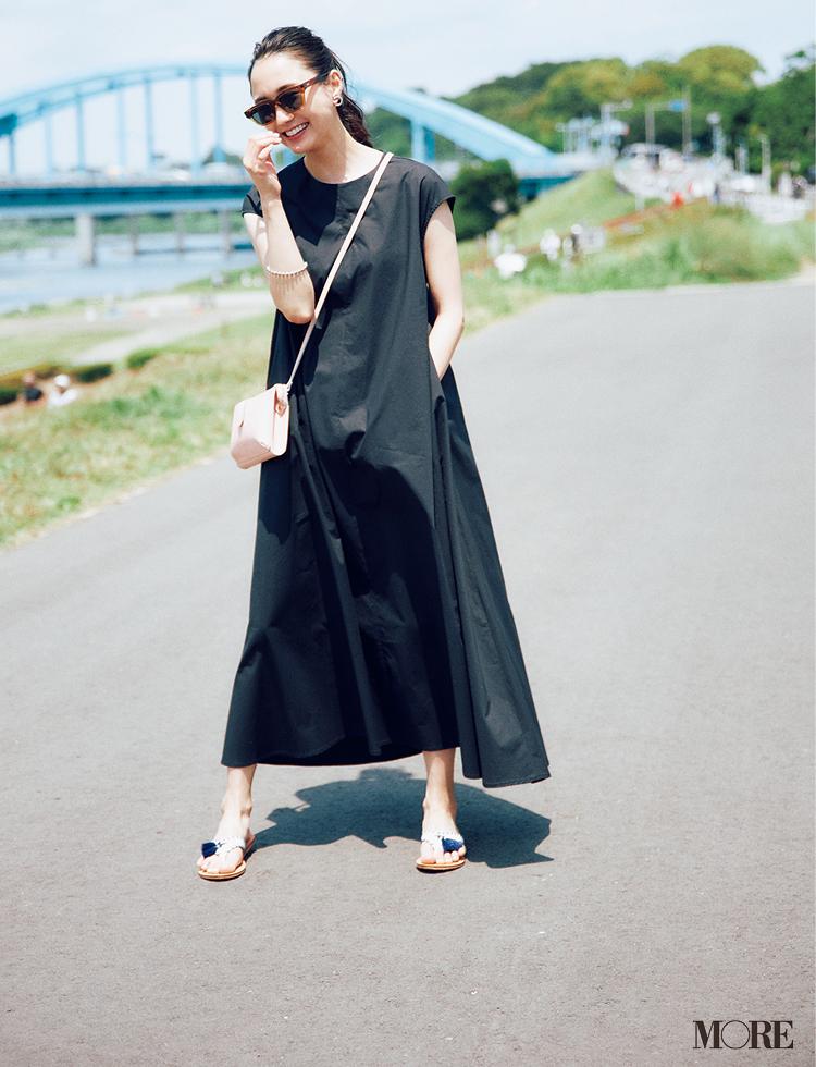【ワンピースコーデ】Aラインの黒ノースリーブワンピを一枚で着るコーデ