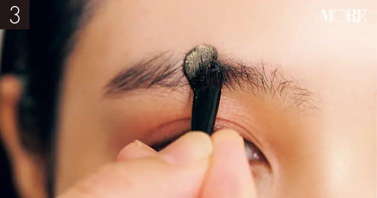 イガリシノブおすすめの眉メイクでベージュチークを眉毛に塗っている目元