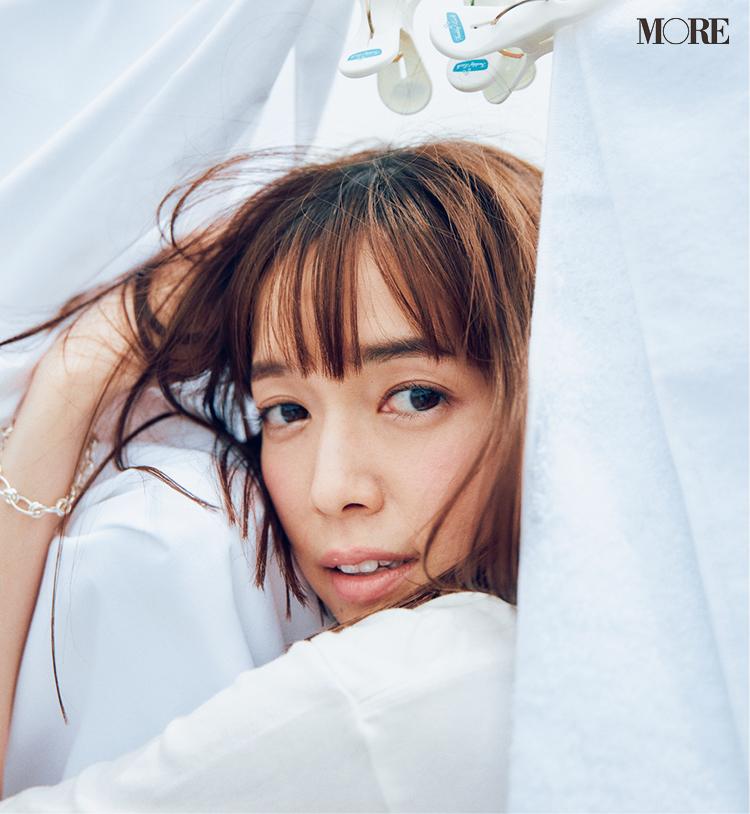 白Tシャツを着てシルバーブレスレットをつけた佐藤栞里